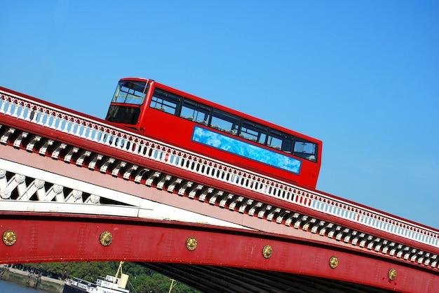 ロンドンブラックフライアーズブリッジ上の赤い二階建てバス