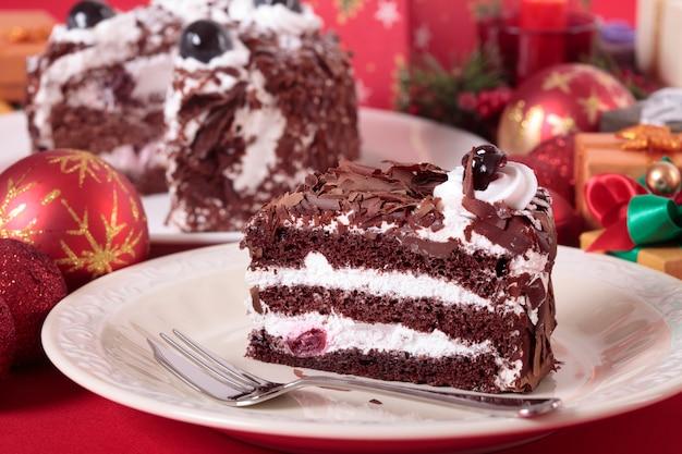 クリスマスの装飾が施されたチョコレートケーキ