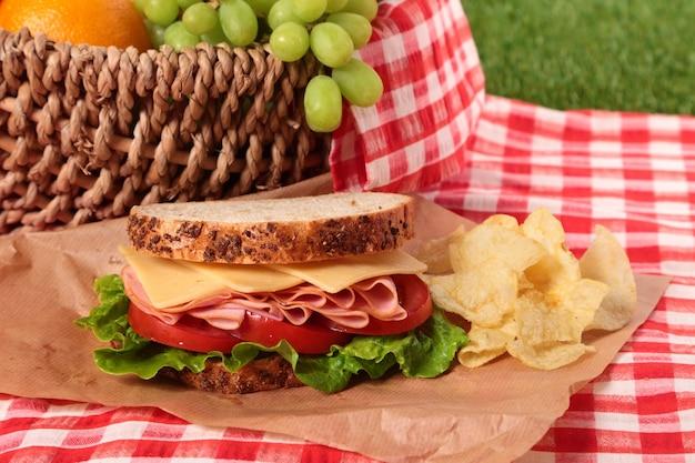チップとハムとチーズのサンドイッチ