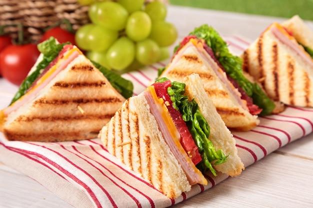 チーズとハムと三角形のサンドイッチ