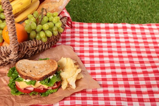 サンドイッチとコピースペースのあるピクニックバスケット