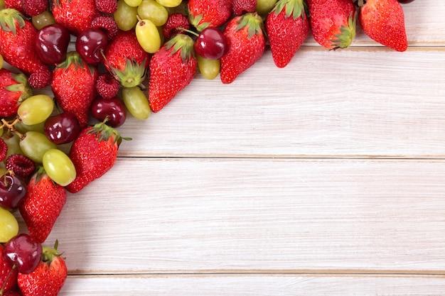 コピースペースと混合夏の果物