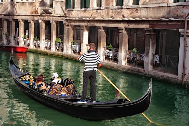 Гондола и ресторан в венеции
