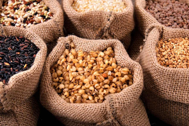 様々な穀物と袋の米