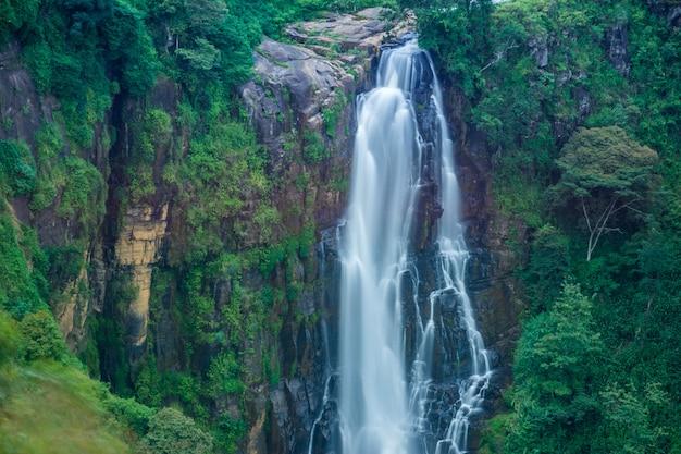Водопад девон в хаттоне, шри-ланка