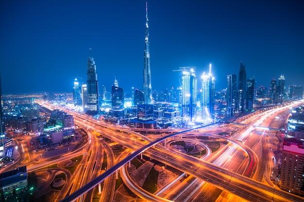 ドバイの夜の街のスカイライン