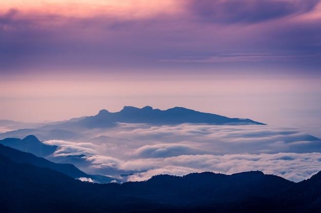 Удивительная сцена восхода солнца на горе шри-пада в шри-ланке