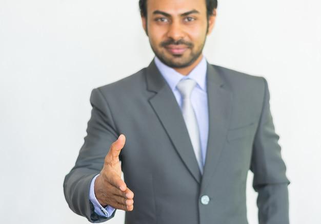 ビジネスマンは握手して歓迎したい