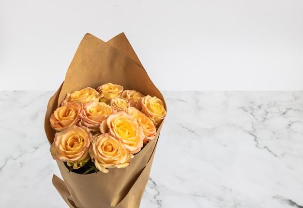 Розы нежного цвета в букете.