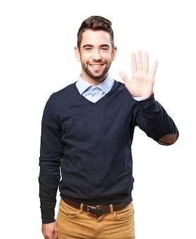 Случайный парень, показывая пять пальцев