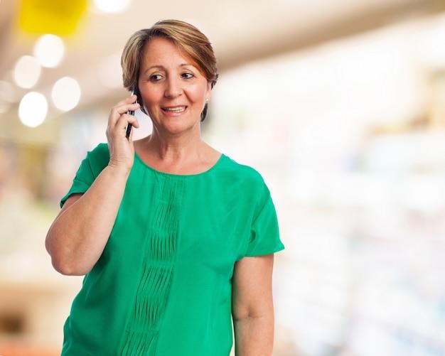 Женщина разговаривает по телефону ее