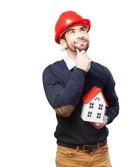 若い男は、彼の将来の家を想像します