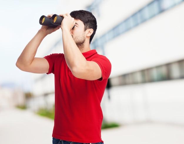 Молодой человек, используя свой бинокль