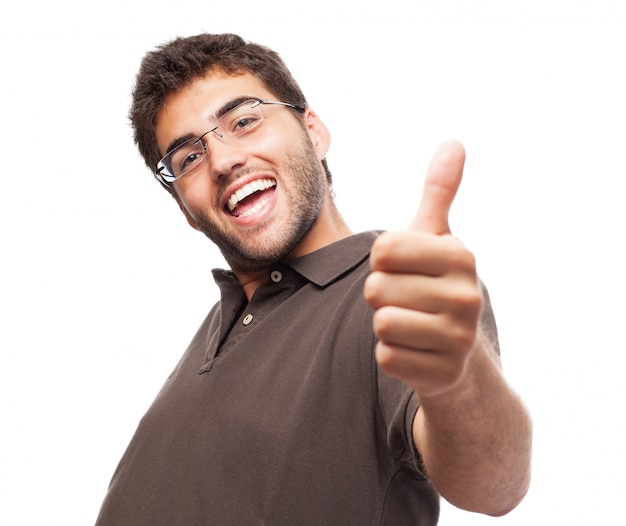 Счастливый парень с пальца вверх на белом фоне
