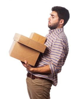 Человек взимается с ящиками
