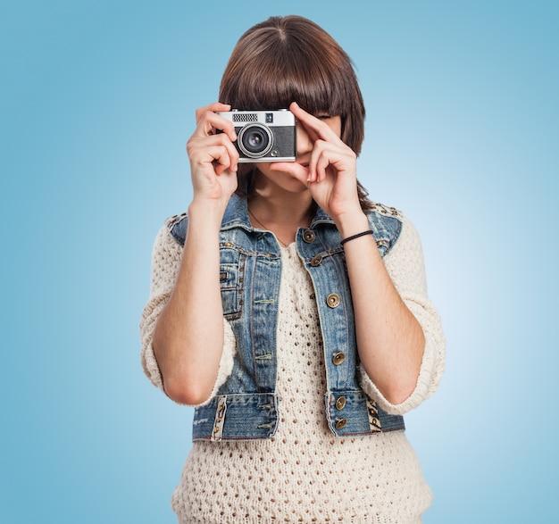 古いカメラで若い女性