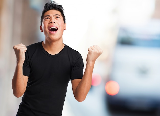 Подросток празднует достижение