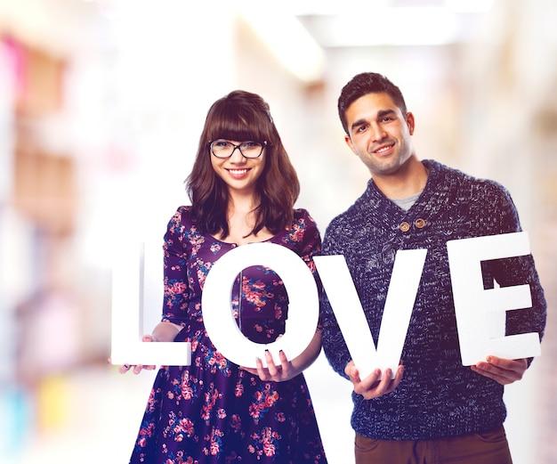 「愛は」と言う文字を保持するカップル