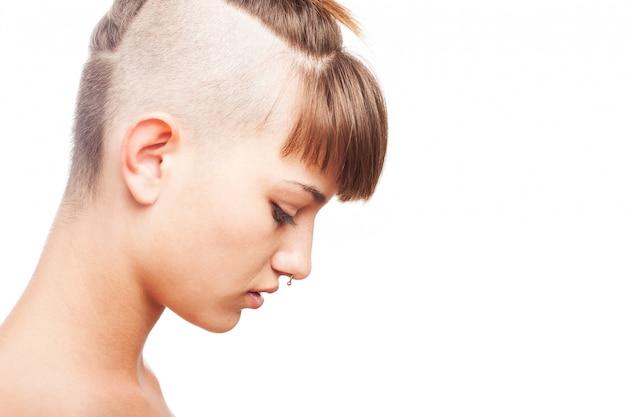 近代的な髪型と若い女性の側面図