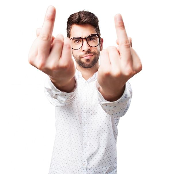 怒っている男は卑猥なジェスチャーを作ります