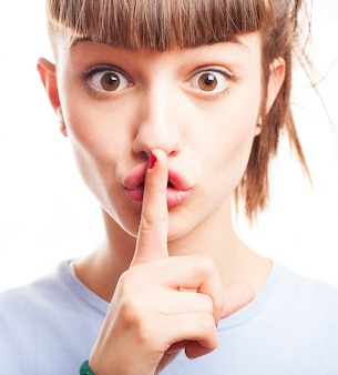 Подросток с карими глазами просят молчания