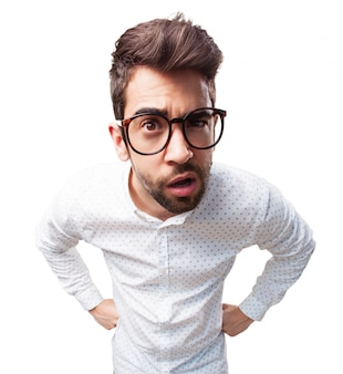 メガネを掛けて気を取ら男のクローズアップ