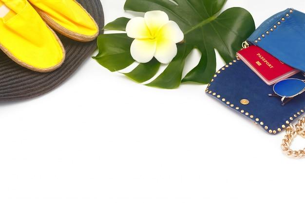 帽子、エスパドリーユ、パスポート、ハンドバッグと夏の休暇の概念。