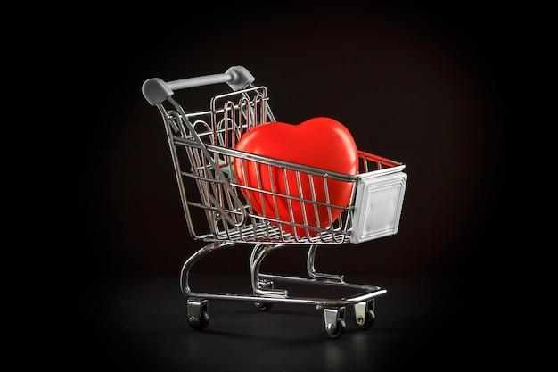 赤いハートのスーパーマーケットのトロリー