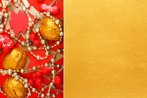 Праздничный новогодний золотой фон с красными рождественскими украшениями