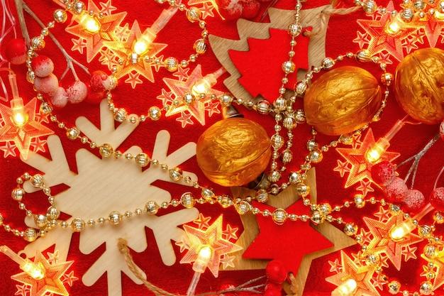 赤と金色のクリスマスデコレーションと花輪。抽象的なクリスマスパターン。