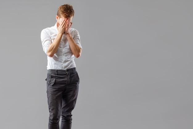 Одинокий скорбящий парень страдает от разочарования.