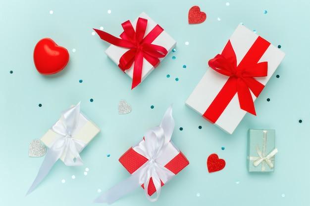 День святого валентина, подарки, конфетти и красные сердца.