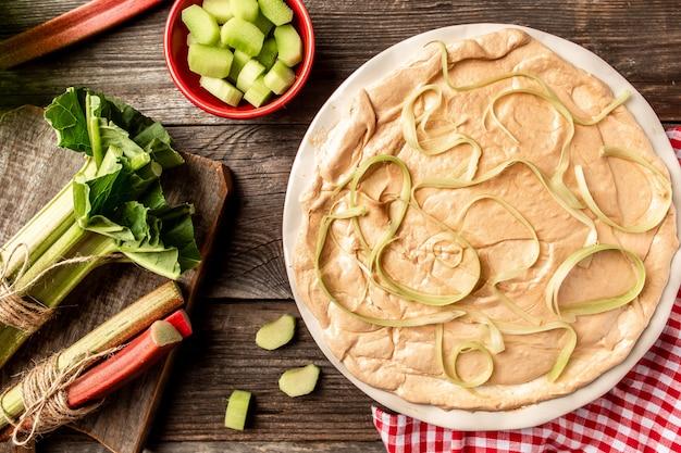 Вкусный дрожжевой пирог из ревеня. готовим ревень. фон рецепта еды