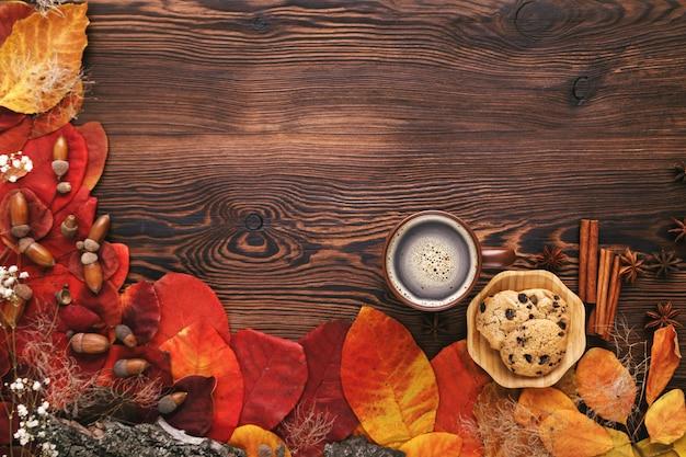 Осенние листья, печенье и чай на дереве