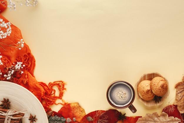 Осенние листья, печенье и чашка горячего кофе