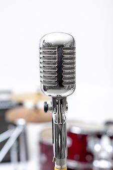 マイクと楽器。ドラムのあるレコーディングスタジオのマイク