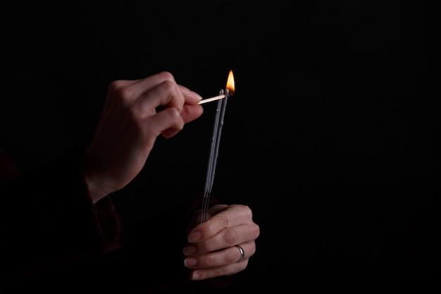 Женские руки, держа бенгальский огонь.