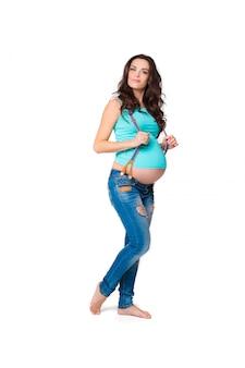 美しいブルネットの妊娠中の女性