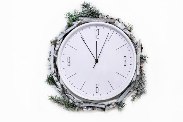 壁に冬の装飾が施されたクリスマス時計