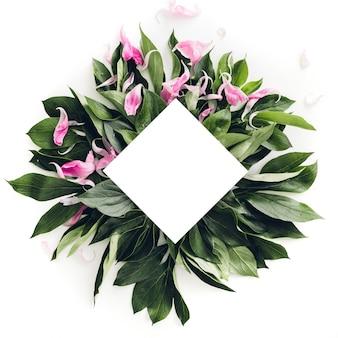 Пастельная деревянная рамка украшена зелеными листьями, место для текста. макет