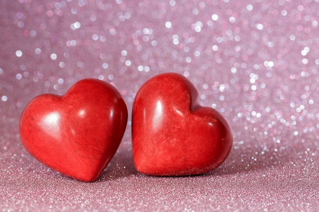 День святого валентина красные сердечки на красивой блестящей поверхности