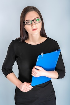 Предприниматель в очках с папкой