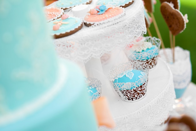 Синий шоколадный батончик и свадебный торт