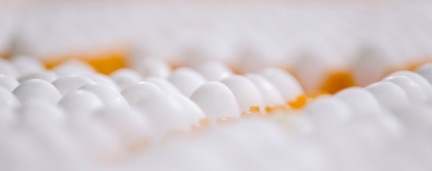 トレイにたくさんの白いきれいな新鮮な卵