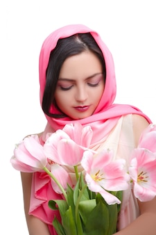 チューリップの花束を持つ女性