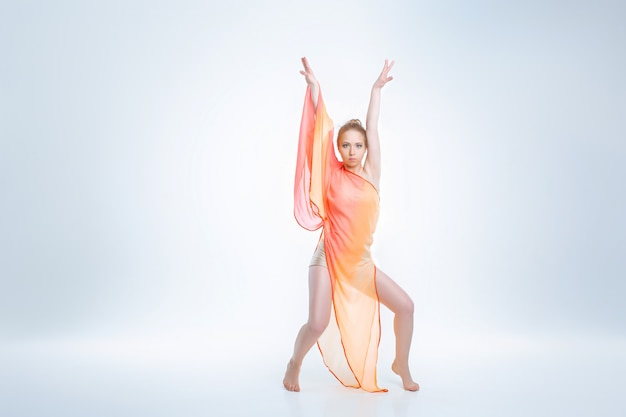 若くて美しいバレエダンサー