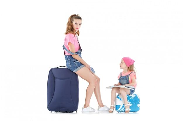 Женщина и ребенок с чемоданом