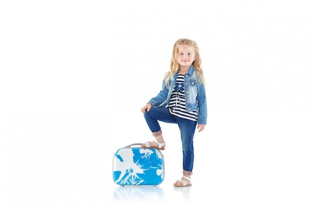 青いスーツケースを持つ子供