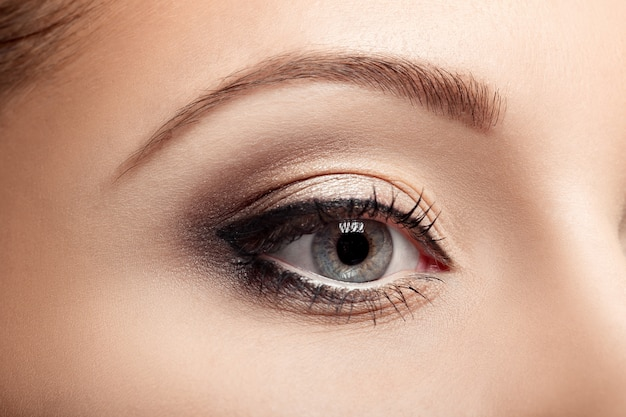 Красивый женский глаз с тушью