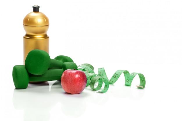 ダンベル、リンゴ、測定テープ、水のボトル